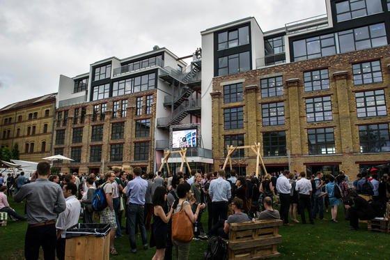 Eröffnungsfeier im Garten der Factory: Der Gründercampus ist in einem Gebäudekomplex am ehemaligen Mauerstreifen untergebracht und bietet Platz für rund 500 Arbeitsplätze.