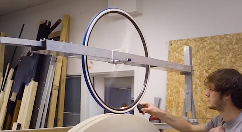 Um den Weltrekord zu knacken, muss auch die Laufeigenschaft der Räder perfekt sein. Das prüfen die Studenten mit dieser Konstruktion, die das Rad beschleunigt.