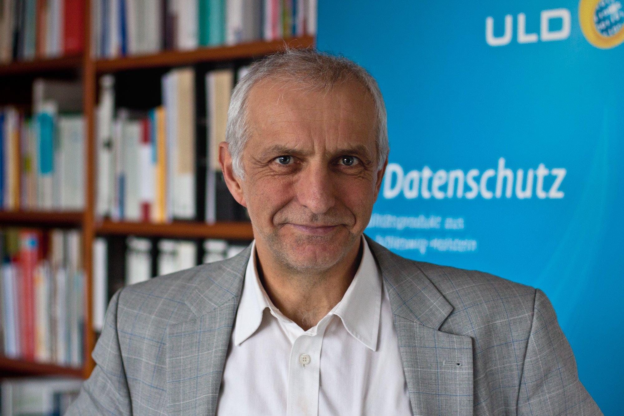 """Thilo Weichert, Datenschutzbeauftragter des Landes Schleswig-Holstein: """"Weniger schön ist, dass die Anbieter alle nicht mit datenschutzfreundlichen Voreinstellungen arbeiten und die Dienste deaktiviert werden müssen."""""""