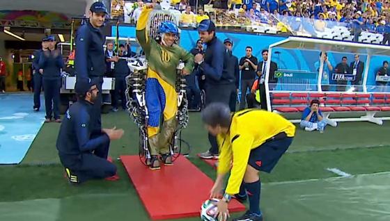 Am Spielfeldrand machte Juliano Pintos den Anstoß zur WM 2014. Er trug eine Sensorkappe und steuerte das Exoskelett mit Gehirnströmen. Der Ball rollte gut einen Meter nach vorn.