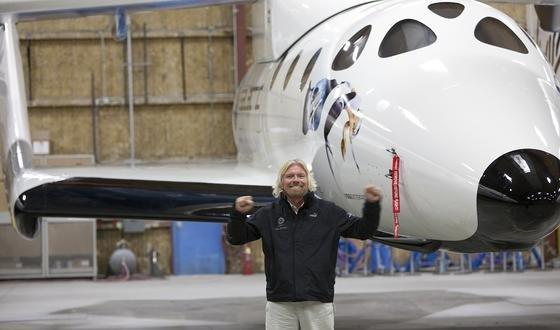 Milliardär Richard Branson vor derSpaceShipTwo von Virgin Galactic: Das Raumschiff soll ab Herbst Touristen ins Weltall fliegen. Jetzt will sich Google an dem Unternehmen beteiligen, um Satelliten rund um die Erde in Position zu bringen.