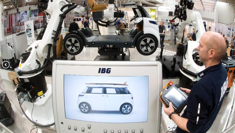 Durch die Einbindung der Produktionsanlagen und Produkte ins Internet der Dinge werden Fabriken zu Smart Factories. Dank Industrie-4.0-Technologien lassen sich immer kürzere Produktzyklen und steigende Produktvarianten wirtschaftlich bewältigen.