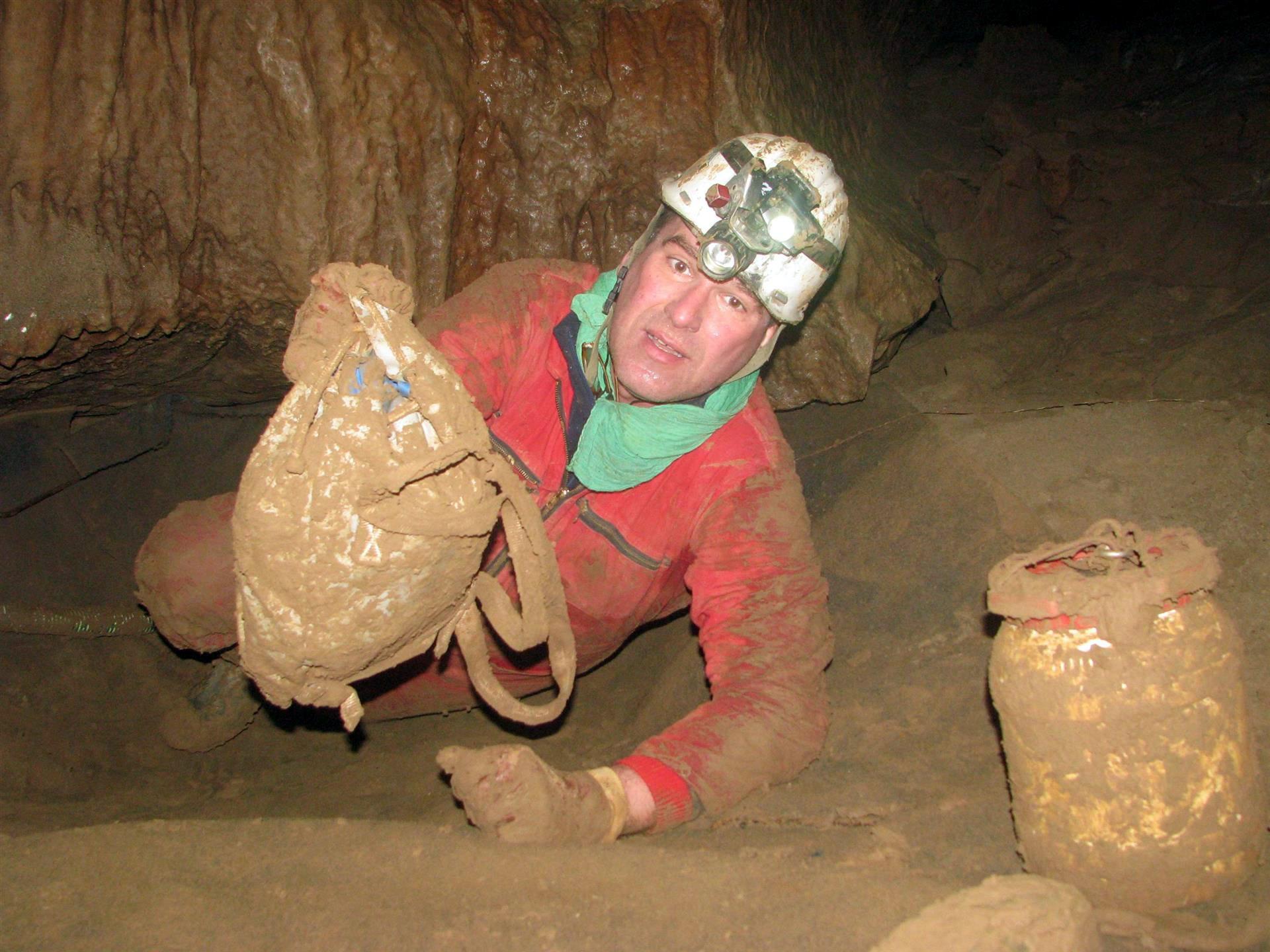 Der höhlenerfahrene Notarzt Michael Petermeyer verstärkt seit Dienstag das Einsatzteam in Berchtesgaden. Er ist einer von drei Ärzten, die bei einer europaweiten Suche gefunden wurden und fähig sind, in die Riesending-Schachthöhle zu steigen – die tiefste und extremste Höhle Deutschlands.