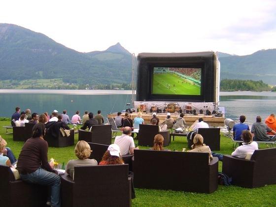 Die Fußball-WM schadet der Produktivität der Unternehmen, fürchtet Unternehmer Reinhold Würth. Nach einer Studie der Universität Hohenheim kann direkt während einer WM wirklich die Produktivität sinken. Allerdings werde liegen gebliebene Arbeit rasch wieder aufgeholt.