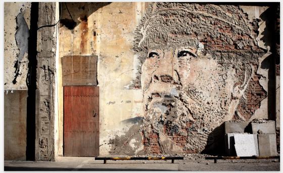 Straßenkunst ist nicht gleich Graffiti: Hier wurde sie mithilfe eines Mauerreliefs realisiert.