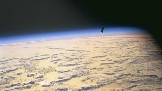 Dieses spektakuläre Foto schoss ein Astronaut auf der ISS. Es zeigt ein vorbeifliegendes Trümmerteil. Solche Geschosse können mit bis zu 25.000 km/h unterwegs sein und sind eine stetige Bedrohung für die Internationale Raumstation.