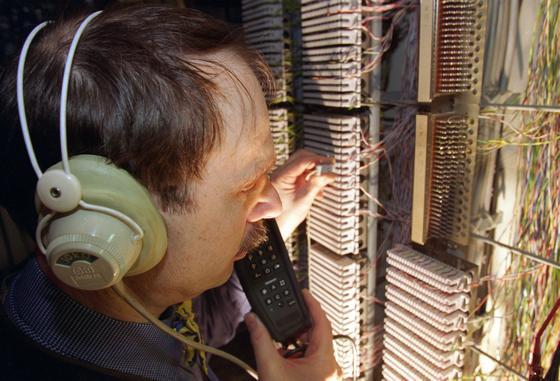 Telefongespräche abhören wie auf dem Foto war gestern:Interpol treibt aktuell ein Forschungsprojekt voran, bei dem der Schwerpunkt auf dem Abhören und Überprüfen von Internet-Telefonaten und Gesprächen in sozialen Medien liegt. Eine riesige Datenbank soll entstehen, eine Software Kriminelle anhand ihrer Stimme identifizieren können.