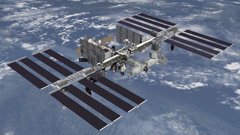 Die Internationale Raumstation ISS muss ständig Trümmerteilen ausweichen. Schon ein Zentimeter kleine Teile hätten beim Aufprall die Wucht einer Handgranate.