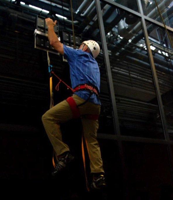 Acht Meter hoch schaffte es der mit Kletterplatten ausgerüstete Mann beim Test. Z-Man nennt die DARPA das dem Gecko nachempfundene Haftsystem. Gurt und Seil wurden nur zur Sicherheit angelegt.