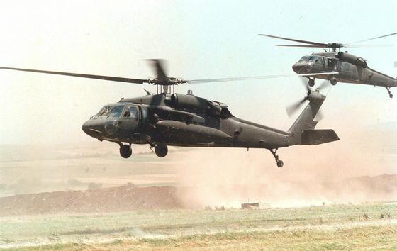 Bemannte ältere Black-Hawk-Modelle im Einsatz: Die US Army arbeitet darauf hin, künftig zwischen bemannten und unbemannten Hubschrauberflügen wählen zu können. Gemeinsam mit demHubschrauberhersteller Sikorsky hat sie erstmals einen Black-Hawk-Hubschrauber ohne Besatzung ferngesteuert und sicher gelandet.