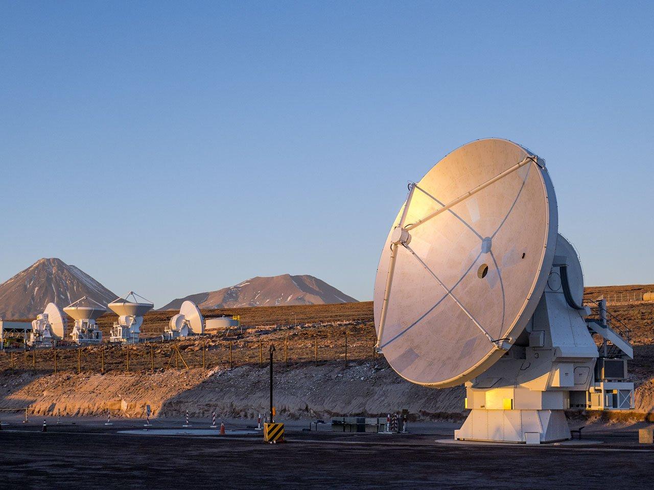 Die letzte Antenne des Alma-Riesenteleskops steht an ihrem Platz in der chilenischen Chajnantor-Hochebene.