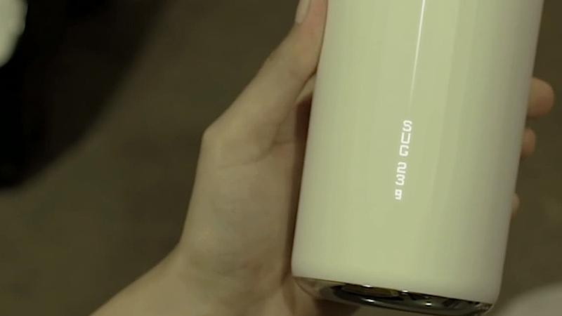 Das Display des Bechers zeigt an, dass im Getränk 32 Gramm Zucker enthalten sind.