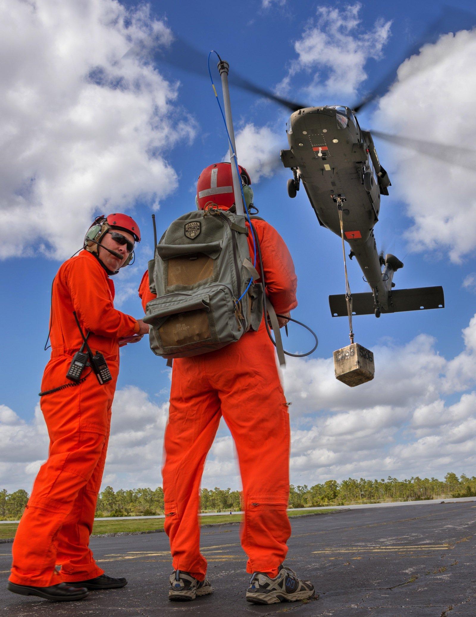 Der erste unbemannte Flug mit einem Black-Hawk-Helikopter auf dem Sikorsky-Testgelände.