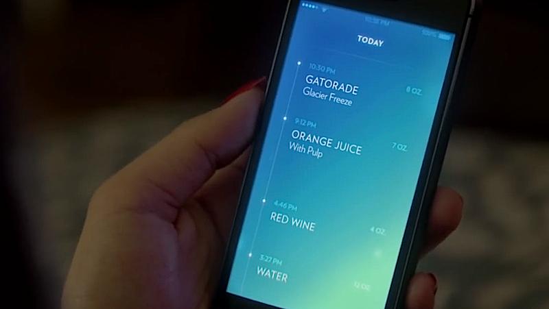 Per Bluetooth überträgt der Becher die Daten an ein Smartphone. Dort kann der Benutzer den gesamten Getränkebedarf des Tages in einer App verwalten.