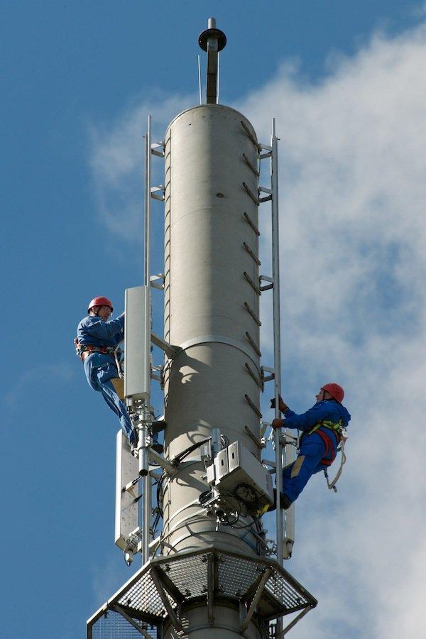 Techniker auf LTE-Sendemast: LTE bietet Übertragungsraten von bis zu 100 Mbit pro Sekunde und ist damit deutlich schneller als der UMTS-Standard.Die LTE-Netze werden zunehmend ausgebaut und damit auch im Ausland immer öfter verfügbar.