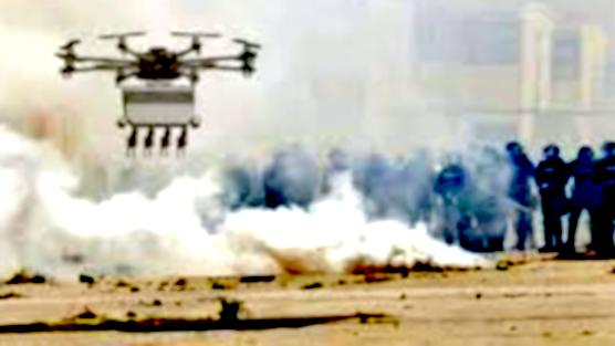 Der Skunk Riot Control Copter beschießt Demonstranten mit Tränengaskugeln. Zu den Abnehmern der Drohne zählen derzeit besonders Minenbetreiber in Afrika, die es oftmals mit streikenden und gewaltbereiten Arbeitern zu tun haben.