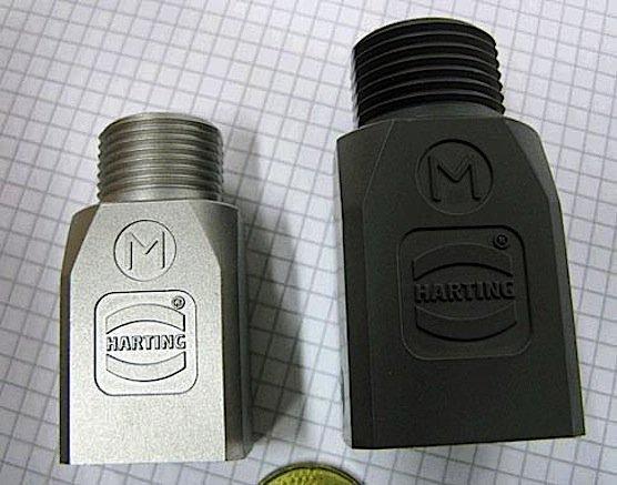 Steckverbindergehäuse aus Edelstahl: Rechts der ungesinterte Grünling, links das fertige Gehäuse.