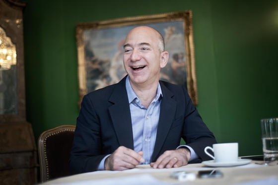 Amazon-Chef Jeff Bezos entspannt im Bayerischen Hof in München: Zurzeit hat er anderes zu tun – Bezos hat gerade in den USA das erste Smartphone des Online-Riesen vorgestellt. Es ist von seinen Funktionen her als eine Art Amazon-Filiale im Hosentaschen-Format konzipiert.