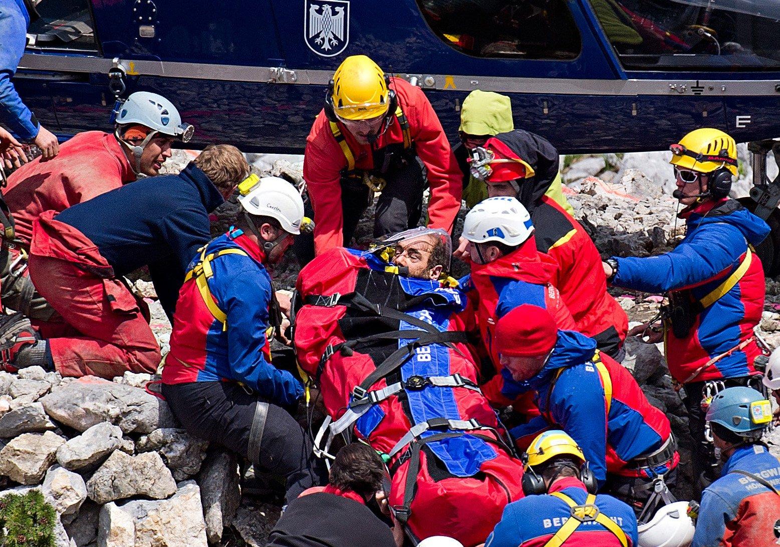 So schnell wie möglich schafften die Retter den verletzten Westhauser in den Rettungshubschrauber. Er ist von den Strapazen sichtlich mitgenommen.