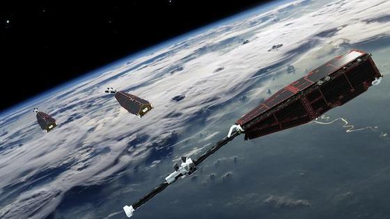 Die Swarm-Satelliten kreisen in 500 Kilometern Höhe über der Erde. Mit einem stabförmigen Magnetometer vermessen sie das Erdmagnetfeld.
