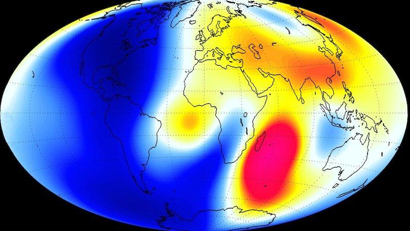 Über Amerika und Teilen des Südatlantiks ist das Magnetfeld der Erde schwächer geworden (blau), über dem Indischen Ozean hat es an Kraft gewonnen (rot).