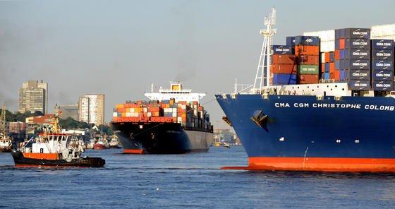 Containerschiffe im Hamburger Hafen: In Echtzeit können die Mitarbeiter der neuen Nautischen Zentrale künftig jede Schiffsbewegung verfolgen. 150 Videokameras und 13 Radarstationen liefern rund um die Uhr Informationen.