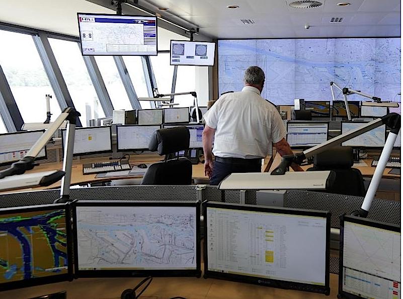 Die neue Nautische Zentrale im Hamburger Hafen kommt auf den ersten Blick unspektakulär daher, zählt aber zu den modernsten der Welt. Hier laufen die Bilder von 150 Videokameras zusammen. Zudem liefern13 Radarstationen im Hafengebiet Informationen.