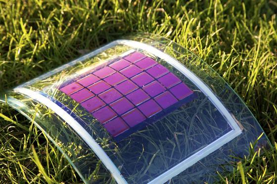 """Leicht, mechanisch flexibel und für viele Anwendungen geeignet. """"Plastik-Solarzellen"""" haben verschiedene Vorteile. Jetzt gilt es, sie wettbewerbsfähig zu machen. Genau das ist die Aufgabe des Projektes MatHero."""