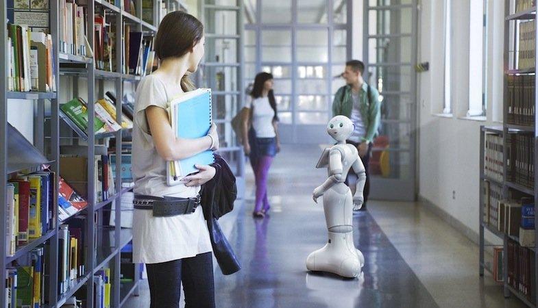 Einsatzmöglichkeiten für Pepper gibt es offenbar genug. So könnte der Roboter zukünftig durch Bibliotheken fahren und Fragen beantworten.