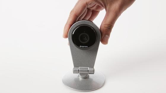 Neben vernetzten Überwachungskameras bietet Dropcam auch Bewegungssensoren an, die sich an Türen und Fenstern anbringen lassen. Geeignete Komponenten für Nest Labs Smart-Home-Systeme.