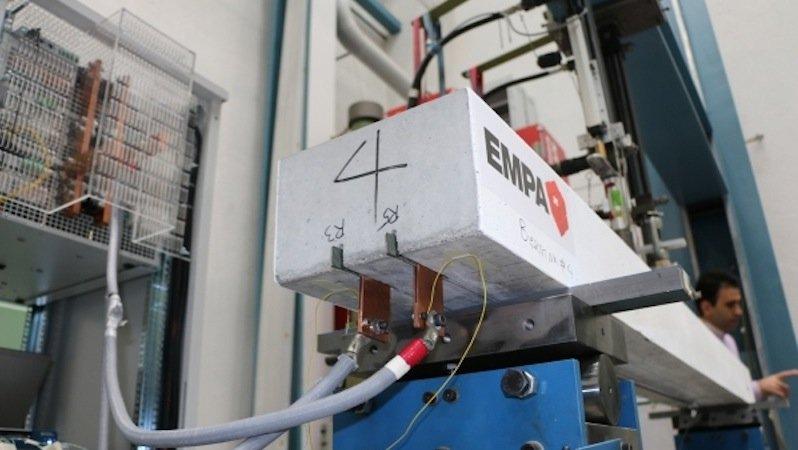 Diesen Betonbalken haben die Forscher mit zwei in Schlitzen eingelegten SMA-Lamellen verstärken lassen.Strom erhitzt die Lamellen und sorgt für die Vorspannung.