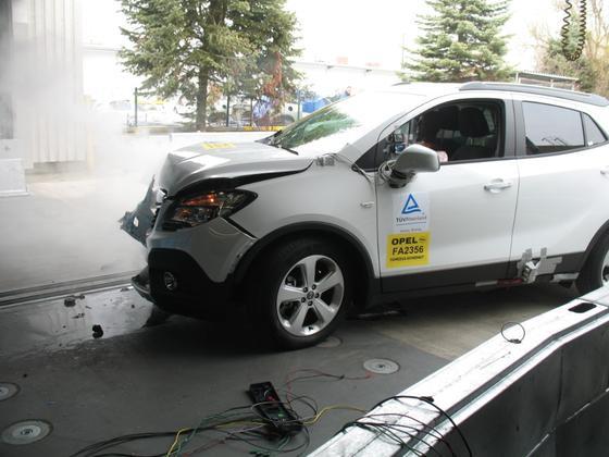 Crashtest bei Opel im Frühjahr 2013: Opel hält das neue Kältemittel R1234yf für sicher. Hersteller Honeywell wehrt sich gegen neue Vorwürfe der Universität München, wonach hochgiftige Substanzen bei einem Unfall Menschen gefährden können.