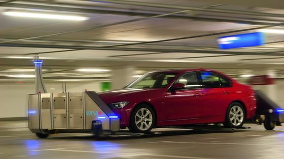 Parkroboter Ray beim Einparken eines Autos: Jetzt wird das neue System im Düsseldorfer Flughafen eingesetzt, um mehr Autos auf gleichem Platz parken zu können.