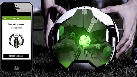 Der Smart Ball von Adidas kostet 299 Euro. Im Preis enthalten sind Smartphone-App und Aufladestation.