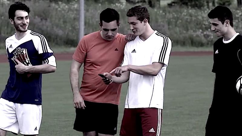 Bei einem Test des Handelsblatts konnte der neue Adidas-Ball die Spieler nicht überzeugen. Zu lange dauerte die Abstimmung mit der App, zu wenig herausfordernd waren die Features der App.