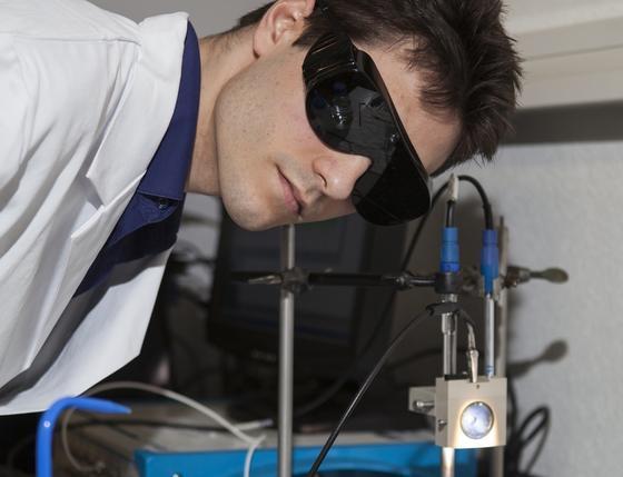 Florent Boudoire testet die Funktion seiner Photoelektrode im Sonnenlichtsimulator.<emphasize></emphasize>