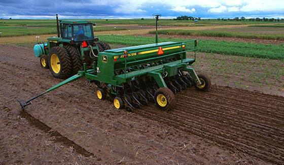 Nach der Ernte wird direkt neu gesät, ohne zuvor den Boden umzupflügen. In den USA ist dies üblich, in Europa bislang selten.