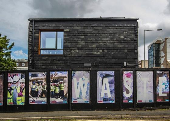 """Das Waste House in England ist laut dem Architekturbüro BBM in Brighton """"das erste Müllhaus, das offiziell beantragt wurde, alle Vorschriften einhält und daher auch langfristig stehen kann""""."""