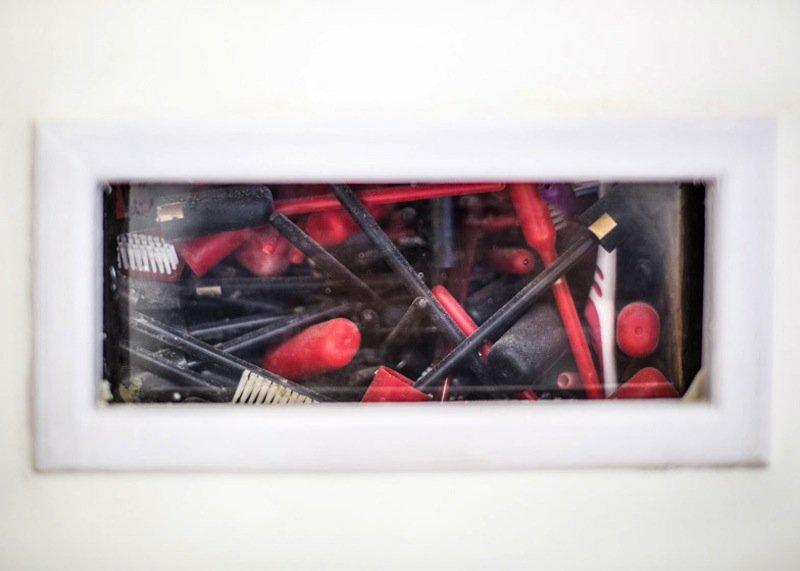 Verbaute Zahnbürsten dienen der Wärmedämmung.