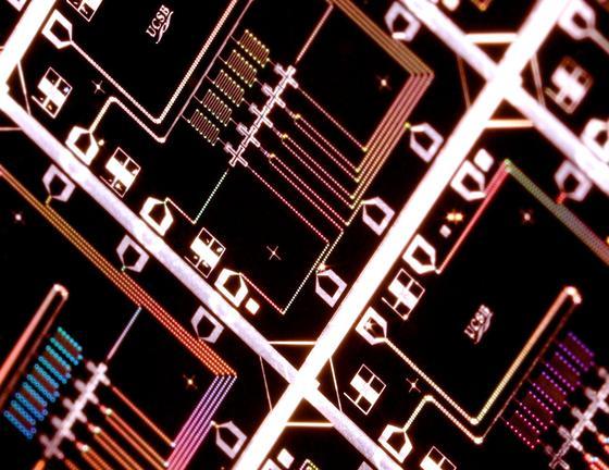 Das Bild zeigt einen integrierten Schaltkreis für einen Quantencomputer mit 5 Quantenbits (Kreuze). An solchen Chips wurde die neue Kalibrierungsmethode experimentell demonstriert.