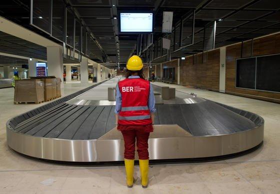 Gepäckband im Terminal des neuen Hauptstadtflughafens Berlin Brandenburg: Die Gepäckausgabe am neuen Hauptstadtflughafen muss schon vor der Inbetriebnahme erweitert werden. Der Aufsichtsrat gab Geld frei, um neben den bestehenden acht Gepäckbandern ein weiteres zu planen.