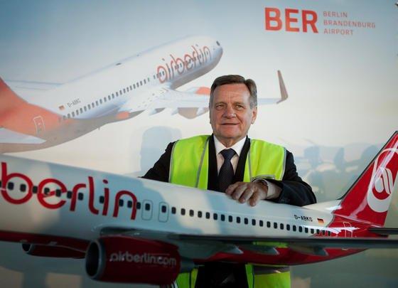 Flughafenchef Hartmut Mehdorn kommt erneut in Erklärungsnot: Auf Alfredo di Mauros Visitenkarte stand Dipl.-Ing., obwohl er in Wahrheit technischer Zeichner ist. Seine fehlerhafte Entrauchungsanlage muss jetzt mit einem Budget in dreistelliger Millionenhöhe umstrukturiert werden.