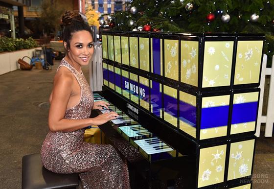 Myleene Klass auf dem Londoner Spitalfields Weihnachtsmarkt: Die englische Profi-Pianistin spielte Weihnachtslieder auf dem Tablet-Klavier.