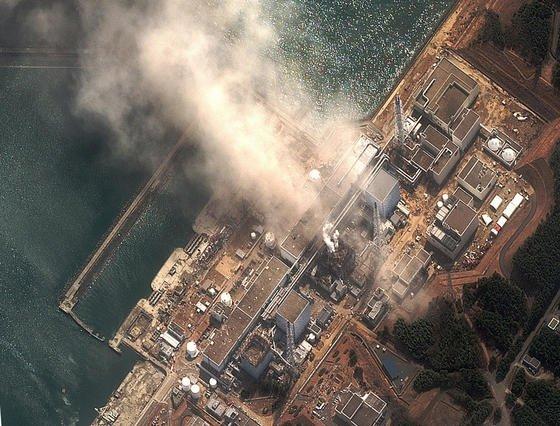 Satellitenfoto des Atomkraftwerks Fukushima I wenige Sekunden nach einer Explosion in Reaktor 3, aufgenommen am 14.03.2011: Jetzt ergab eine neue Studie, dass selbst zwei Jahre nach der Katastrophe bei den Sanierungsarbeiten noch stark belasteter Staub durch Winde in die immer noch bewohnte Stadt Minamisoma geblasen wurde.