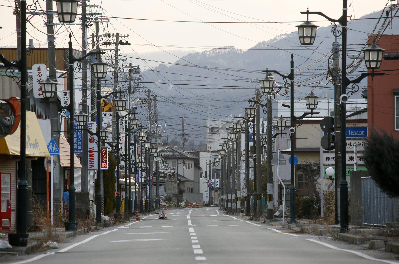 Menschenleere Straße in der Stadt Namie, nördlich von Fukushima. Forscher haben auch weit entfernt vom Reaktor in weiter bewohnten Gebietenschwerflüchtiges Strontium-90 gefunden.