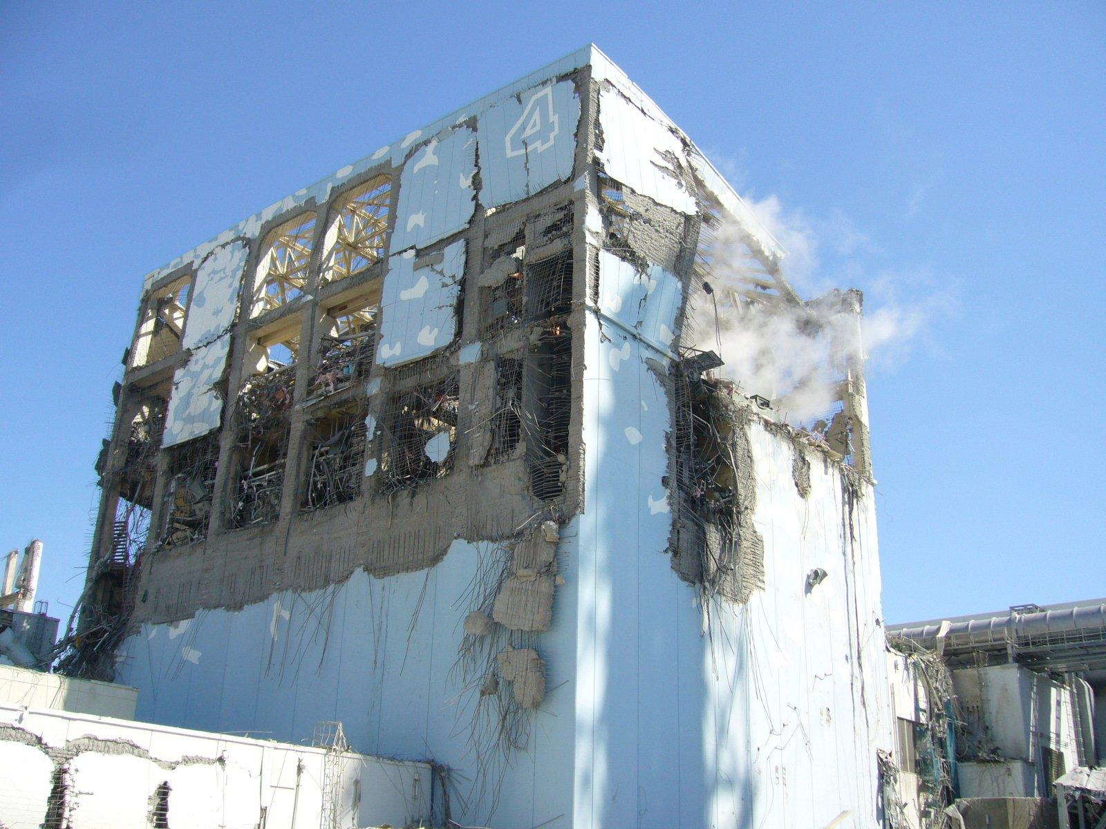 Zerstörtes Gebäude im Atomkomplex Fukushima 2013: Noch zwei Jahre nach dem Atomunglück ist stark verstrahlter Staub in die Umgebung verweht worden.