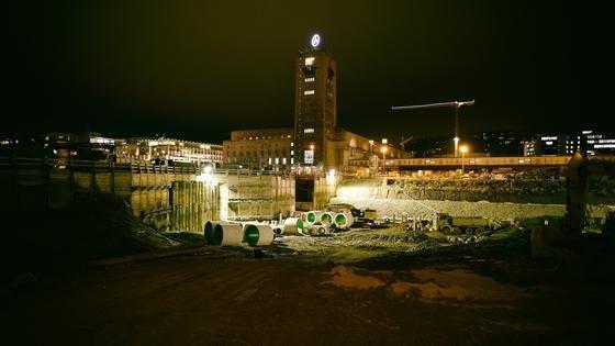 Stuttgart 21: Das aktuelle Foto zeigt den Bonatzbau, davor die Baustelle der neuen Bahnsteighalle.