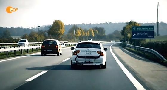 Das ZDF und die Deutsche Umwelthilfe haben drei Diesel-Modelle – einen BMW Dreier, eine Mercedes C-Klasse und einen VW Passat – in einem Schweizer Labor und auf der Straße getestet. Die Abweichungen auf der Straße sind so hoch, dass Experten die Frage aufwerfen, ob auch BMW und Mercedes Software einsetzen, um Abgaswerte zu beeinflussen.
