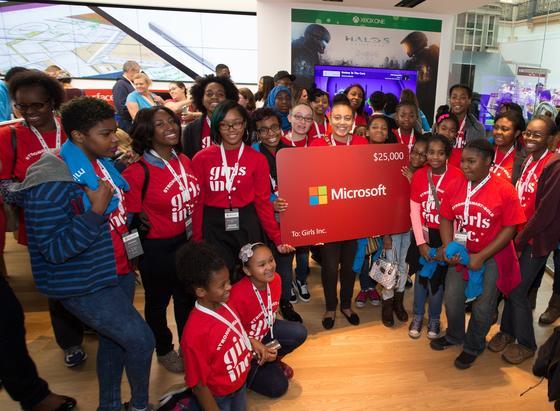 Ladenöffnung von Microsoft in den USA: Verbraucher wehren sich jetzt massiv dagegen, dass sie genötigt werden, das neue Betriebssystem Windows 10 herunterzuladen. Die Verbraucherzentrale Baden-Württemberg will den Konzern verklagen, nachdem er eine Abmahnung nicht akzeptiert hat.
