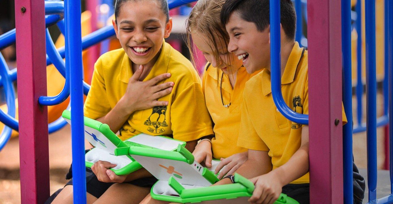 Kinder auf einem Spielplatz mit Computer: Der Tablet-PC soll wegen seiner Plastikhülle sehr robust sein. Und wenn man dem Herstellerbild folgt, dann soll er die Kinder auch vom Klettern abhalten.